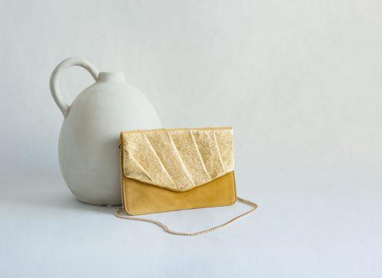 bolso clutch ante amarillo dorado