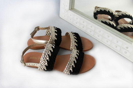 sandalia plana cuero negro metalizado trenza